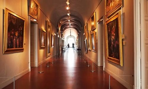 Couloir intérieur du Musée Fesh avec tableaux sur les murs