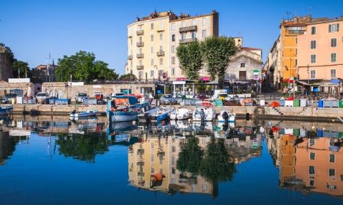 Vue sur le Vieux Port d'Ajaccio avec petites barques, et habitations