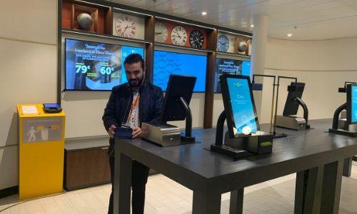 Benjamin, notre expert croisière devant les écrans de la galerie photo