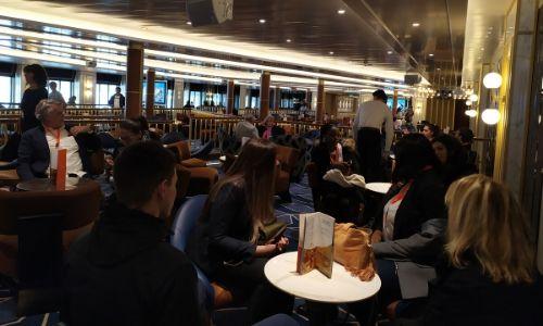 L'équipe prenant le petit déjeuner au café Mastroianni