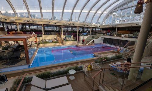 Le grand espace piscine intérieur du Costa Smeralda