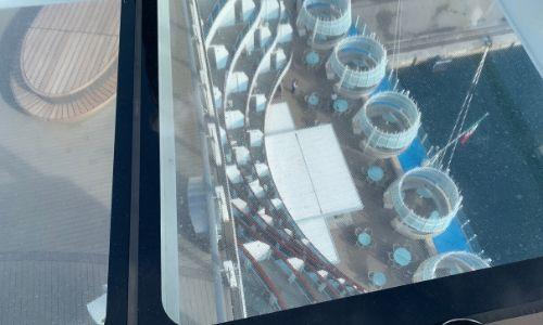 Vue sur la poupe du bateau depuis la Passeggiata Volare, la passerelle en verre transparente