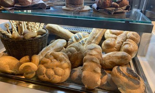 Différentes variétés de pain au buffet
