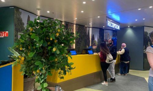 Bureau d'accueil jaune du Costa Smeralda bordé de citronniers