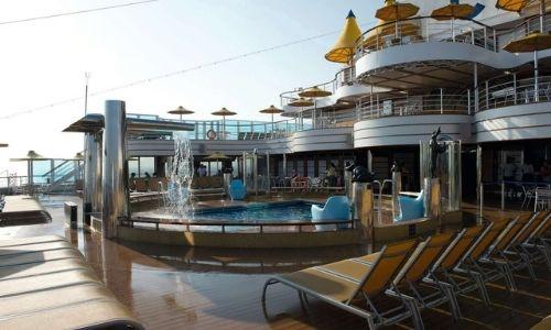 piscine sur le pont supérieur d'un bateau de croisière