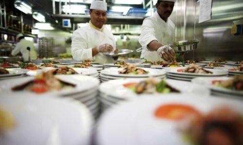 chef cuisinier dans une cuisine d'une restaurant sur un bateau