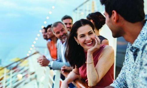amis qui sont sur la barre d'un bateau, face à la mer profitant de la mer
