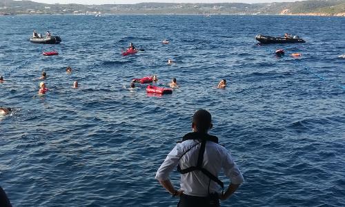 Passagers du Lyrial profitant d'une baignade surveillée depuis la marina