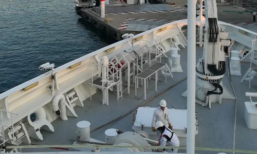 Equipage manœuvrant pour quitter le quai de Nice