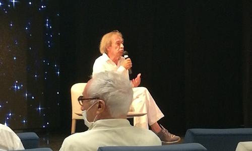 Pascal Bruckner présidant sa conférence