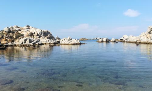 Crique dans les îles Lavezzi