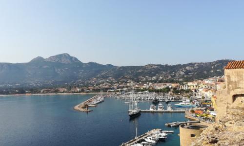 Le port de Calvi vu depuis les remparts de la vieille ville
