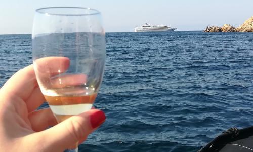 Coupe de champagne et vue sur le Lyrial