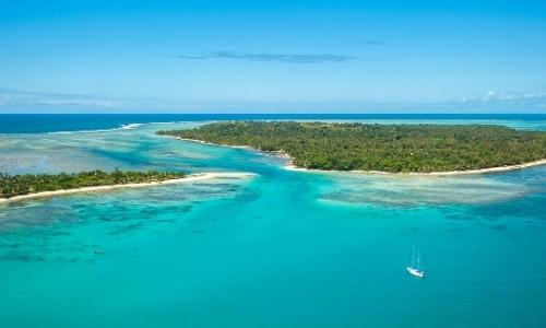 Vue aérienne îles Mozambique avec sable blanc, arbres, eau turquoise