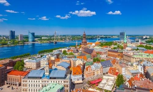 Vue sur la ville de Riga en Lettonie, avec habitations typiqiques