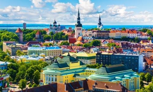Vue sur la vieille ville de Tallin avec bâtiments de style gothique