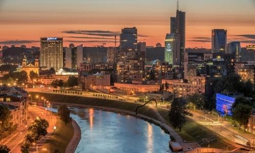 Vue sur la ville de Vilnius traversée par le fleuve Neris