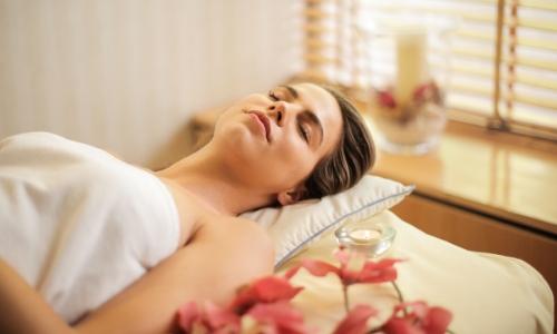 Une femme se reposant au spa, allongée sur le dos