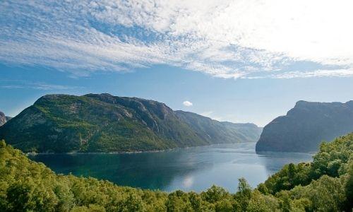 grand paysage d'une grande étendue d'eau entourée de montagnes