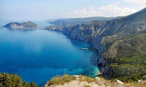 paysage photographié d'une falaise qui offre la vue sur la mer méditerranée et ses falaises côtières