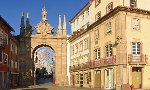grands monuments à l'intérieur d'une ville, illuminés par le soleil