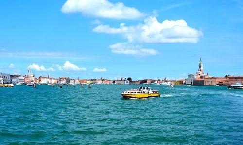 fleuve italien avec des maisons en bordure au loin