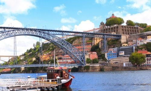 vue d'un grand pont à arc qui surplombe le fleuve Douro au Portugal