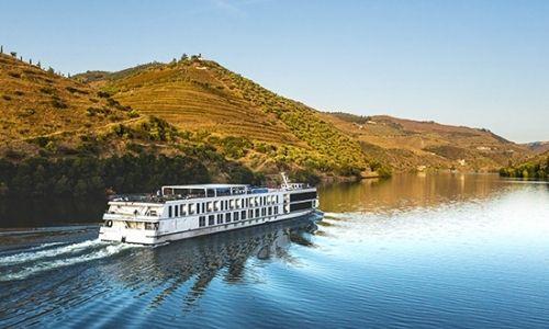 bateau de croisière qui navigue au beau milieu du paysage portugais, sur le Douro