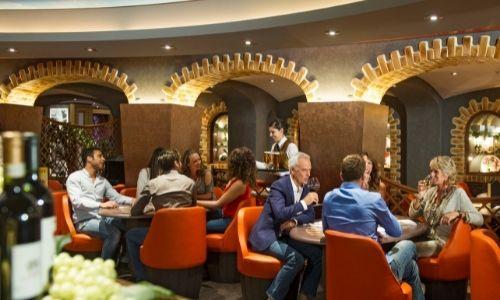 Balise alt :Restaurant d'un navire MSC avec de nombreux passagers à table