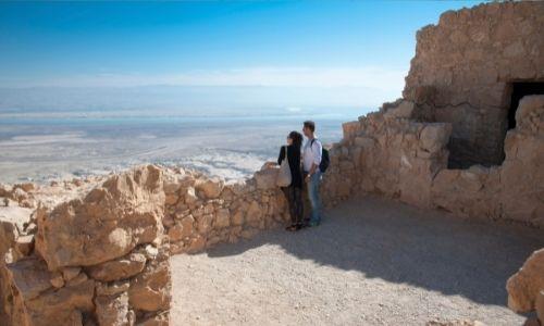 couple qui regarde les profondeurs du paysage sec et désert de l'Arabie Saoudite
