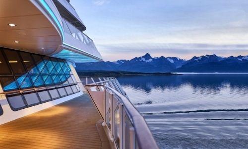 sublimes montagnes vu d'un bateau de croisière