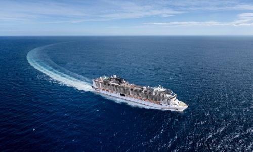 bateau de croisière en mer vu de loin