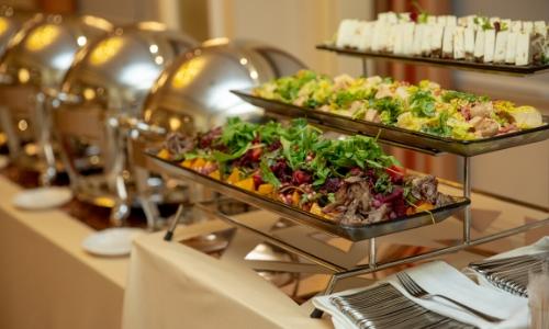 Photo du buffet avec plats exposés