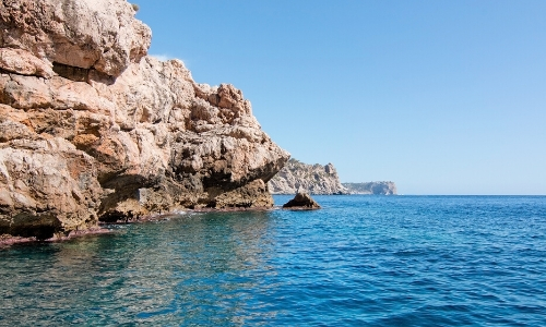Vue rochers sur la Méditerranée, calme