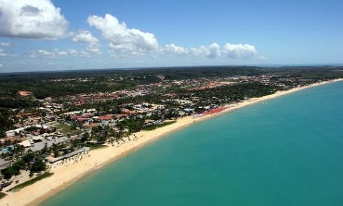 Vue aérienne sur la baie de Porto Seguro au Brésil avec longues plages, arbres, habitations