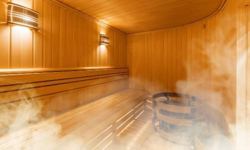 Intérieur sauna, en bois, avec vapeur s'y diffusant