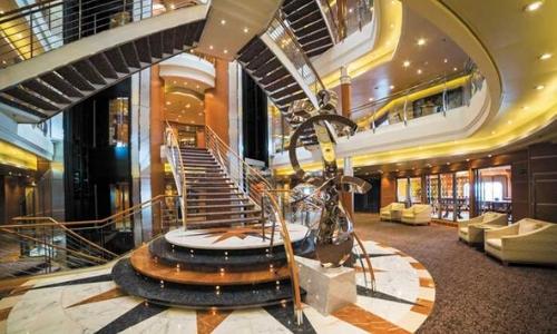 Intérieur de bateau avec escaliers, fauteuils, ambiance luxueuse et lumières