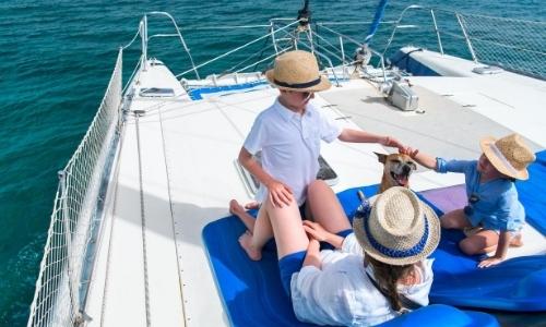 Femme et 2 enfants sur un catamaran partageant un moment ensemble