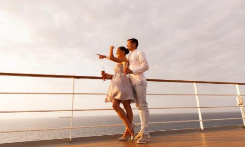 Un couple à bord d'un bateau de croisière