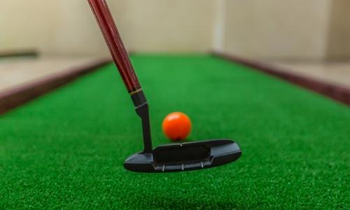 Zoom sur un club de golf et une balle
