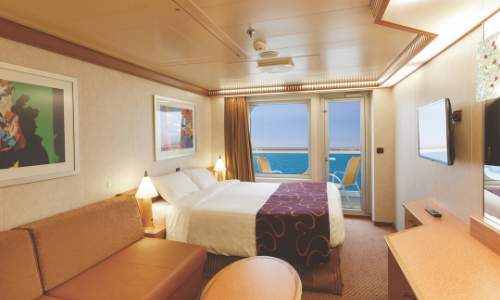 Cabine avec balcon au sein du Costa Diadema, avec un lit double, canapé, télévision