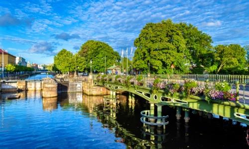 Vue sur le canal dans le centre historique de Göteborg avec pont, fleurs, arbres