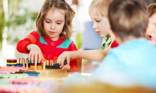 Enfants en train de jouer ensemble à des jeux sur une table, distraction