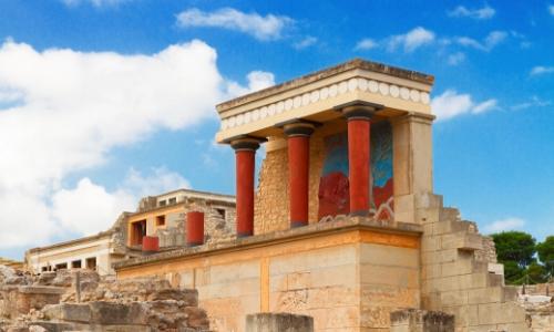 Palais de Cnossos en Crète avec ses colonnes rouges, ruines