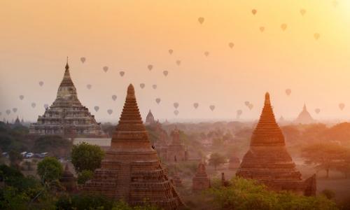 Ballons flottant dans le ciel en Asie