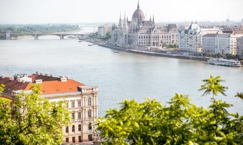 Vue aérienne du Danube traversant Budapest en Hongrie avec pont, habitations et monuments