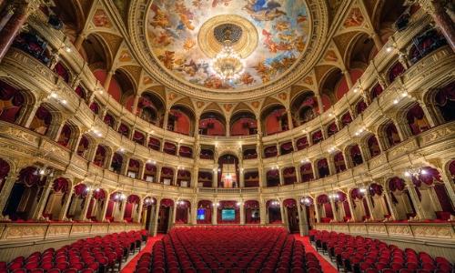 Intérieur de l'Opéra de Budapest avec sièges, lustre, peinture plafond, lumières