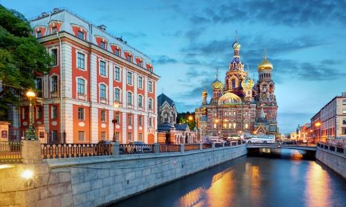 Vue sur Saint-Pétersbourg en Russie avec fleuve, église et habitations