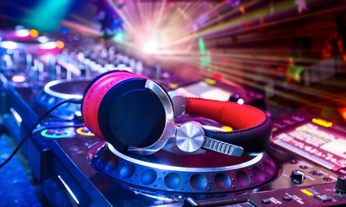 Table de mixage, casque de musique et lumières, ambiance discothèque