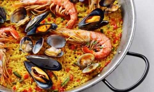 Paella, plat espagnol avec riz, crevettes, moules, poisson, légumes